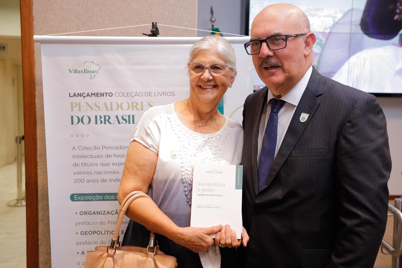 Sra Maria Aparecida, presidente do Instituto, ao lado do Ministro da Educação, Milton Ribeiro