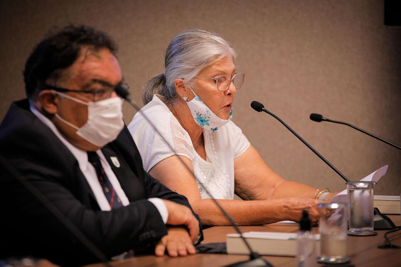 Sra Maria Aparecida, presidente do Instituto, lendo a mensagem do General Villa Bôas
